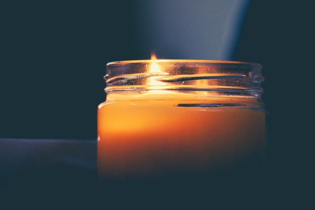 kynttila-lasipurkissa